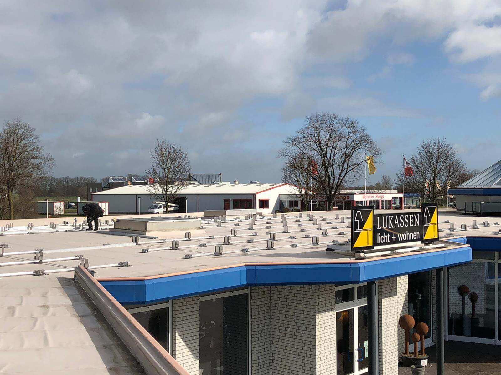 Neue Photovoltaikanlage   Montage auf dem Dach   Leuchten Lukassen