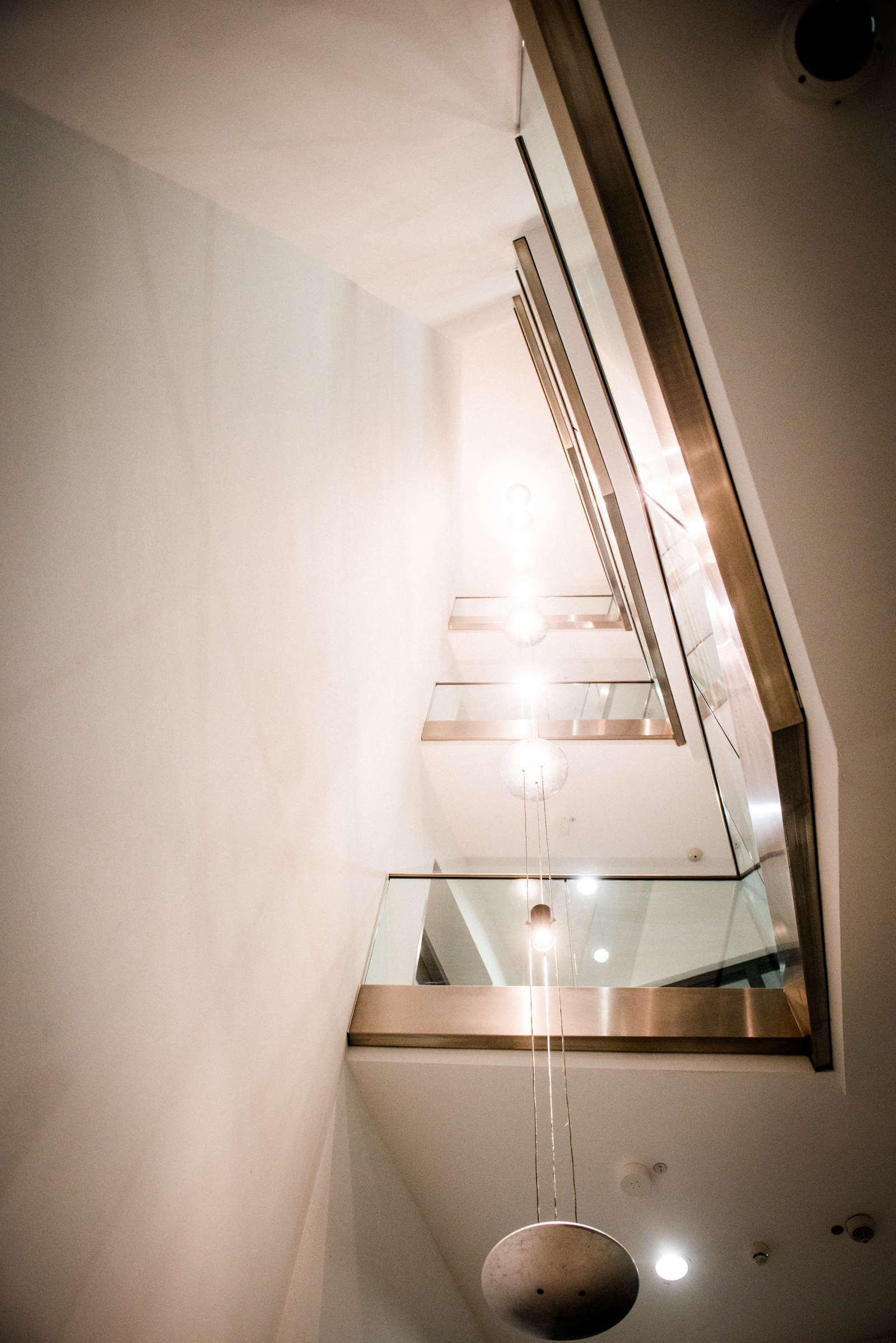 Referenzen | Volksbank Kleverland | Pendelleuchte im Treppenhaus | Leuchten Lukassen