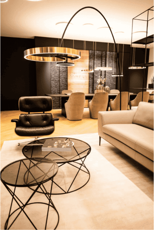 Pendelleuchte Mito | Bogenleuchte Mito Largo | Couch- und Beistelltisch Mooi, Stuhlsessel Dean und Sofa Lord by Christine Kröncke | Leuchten Lukassen