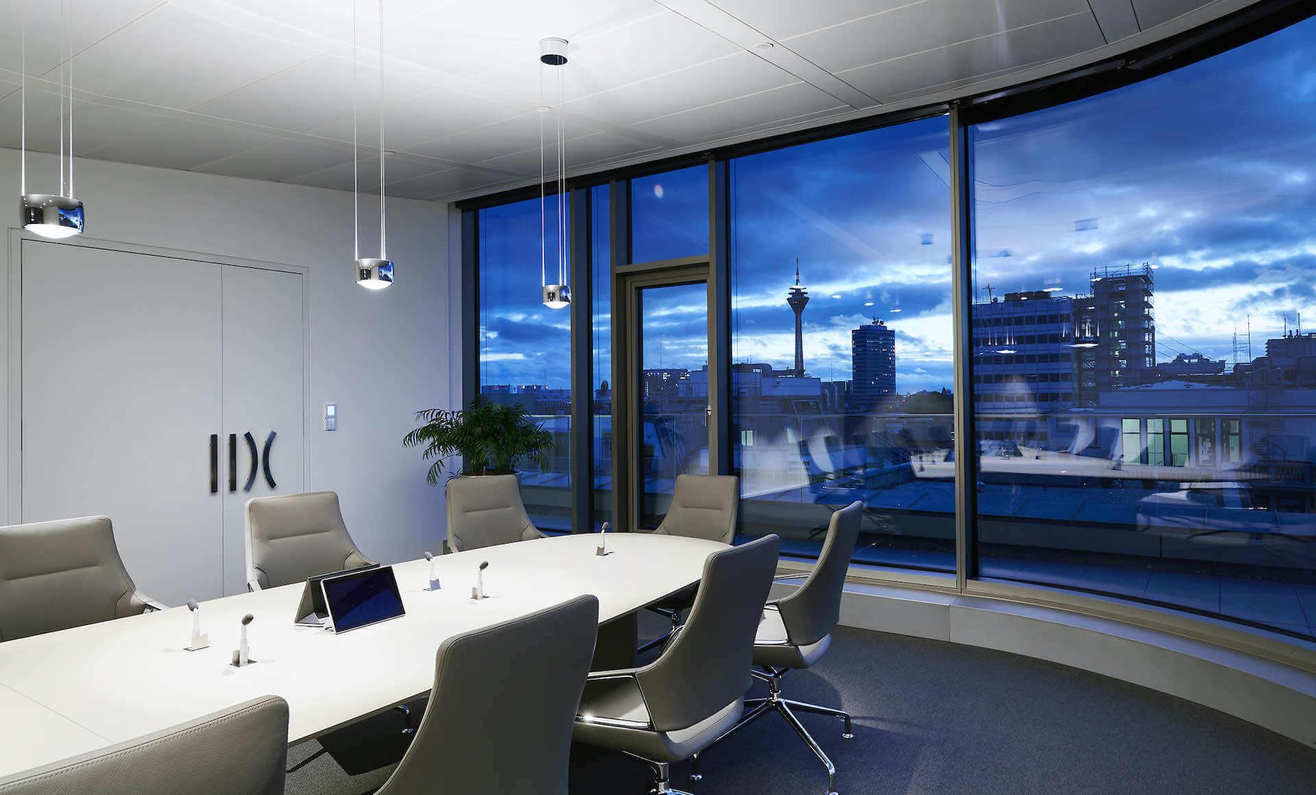 Konferenzraum-Beleuchtung mit Sento Sospeso von Occhio | Leuchten Lukassen