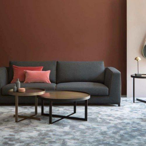 Christine Kröncke | Paola Tischleuchte | Wohnzimmer mit brauner Wand | Leuchten Lukassen Lichtdesign