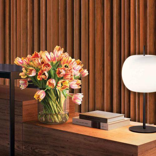 Kundalini   Kushi XL Tischleuchte schwarz vor Holzwand   Leuchten Lukassen Lichtdesign